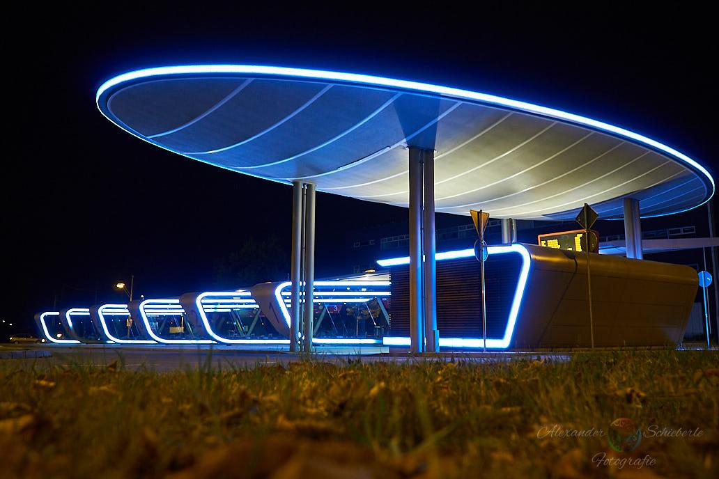 Das UFO - Der Busbahnhof Halle bei Nacht