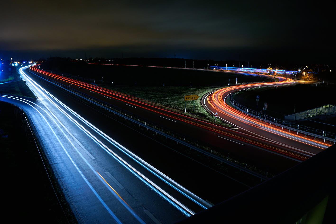 Lichtzieher von Autos und Zug – Langzeitbelichtung – B100 Halle