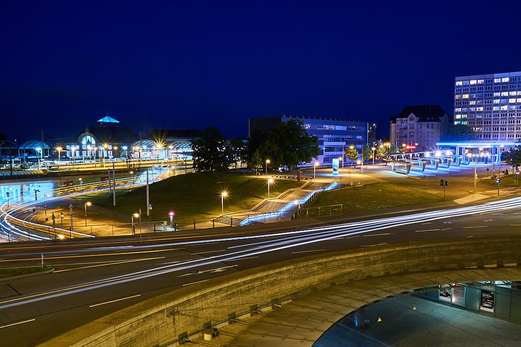 Lichtzieher von Straßenbahnen und Autos auf dem Riebeckplatz in Halle