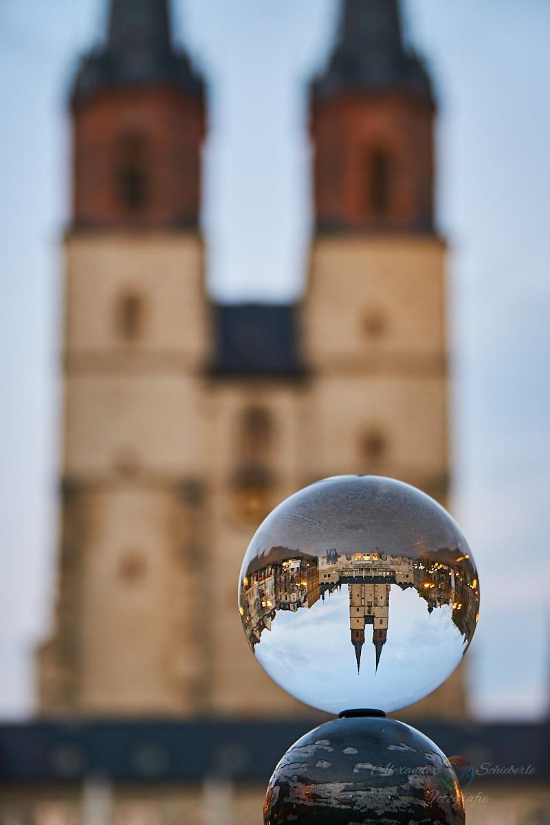 Die Marktkirche durch die Glaskugel