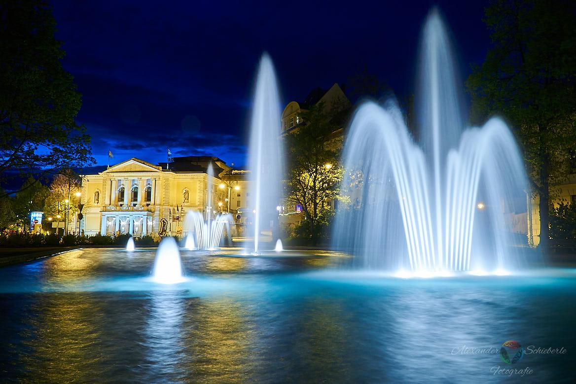 Die Hallesche Oper mit dem Brunnen