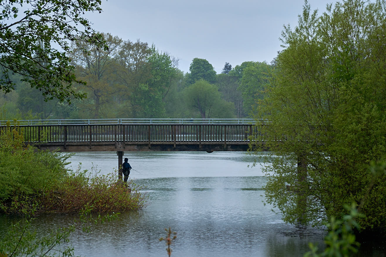 Angler im strömenden Regen