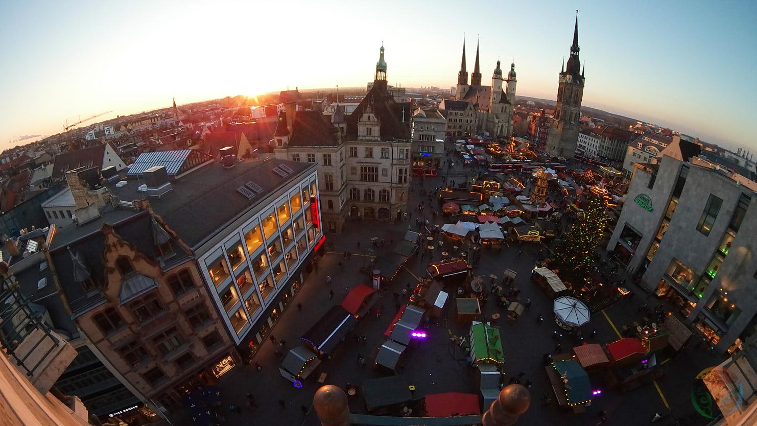 Blick vom Ratshof über den Weihnachtsmarkt Halle