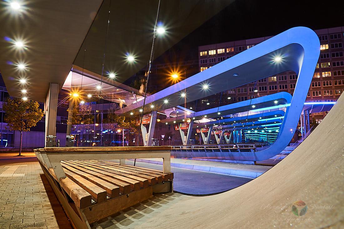 Busbahnhof Halle bei Nacht