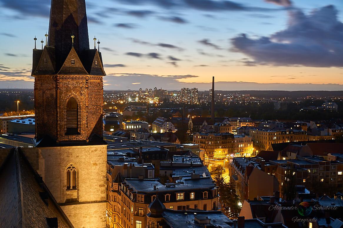 Blick von den Hausmannstürmen über die Stadt Halle in Richtung Halle Neustadt